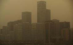 Trời Bắc Kinh chiều 15-4 chuyển vàng đục rất kinh sợ