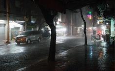 Sài Gòn tháng 10 'sáng nắng chiều mưa', có người sổ mũi lại tưởng mình... COVID