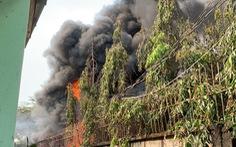Cháy kèm nhiều tiếng nổ lớn ở kho Công ty sơn Toa tại Bình Dương
