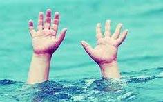 Trượt chân xuống ao nước trước nhà, 2 chị em sinh đôi tử vong