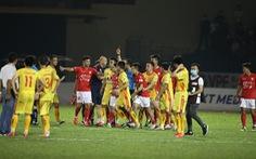 Vì sao trọng tài V-League 'sợ' rút thẻ phạt?