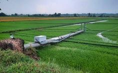 Hàng chục trụ điện ngã trong mưa gây mất điện diện rộng ở Củ Chi