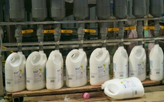 Xưởng nhỏ ở Hà Nội cho ra lò toàn 'nước giặt Thái Lan'