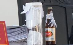 Vụ 'mua chai bia còn 1/2 nước, đòi bồi thường 23 tỉ': dừng phiên tòa, giám định lại chai bia