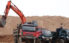 Bãi cát trái phép gần 2 năm, chính quyền nói xử chậm vì lực lượng mỏng
