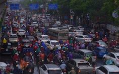 Ùn tắc khắp Hà Nội do mưa lớn, ban ngày nhưng trời 'tối đen như mực'