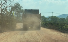 Xe chở cát 'đại náo' đường làng