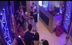 Rủ nữ nhân viên karaoke đi chơi không thành, nhóm thanh niên đánh người, phá quán