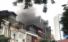 Cháy nhà hàng giờ tan tầm, đường Hà Nội ùn tắc kéo dài