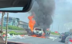 Cháy xe ôtô trên cao tốc Pháp Vân - Cầu Giẽ