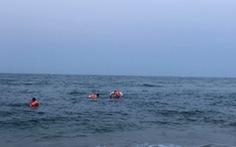 Ba nam sinh lớp 10 bị sóng cuốn, một em chết đuối