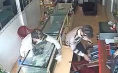 Video: Kẻ gian cắt khóa cửa cuốn, đột nhập cửa tiệm lấy trộm hàng chục điện thoại