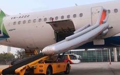 Khách tự ý mở cửa thoát hiểm làm bung cầu phao máy bay, hàng loạt chuyến bay gián đoạn