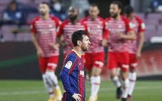 Barca thua ngược Granada, HLV Koeman bị thẻ đỏ