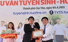 PGS.TS Đỗ Văn Dũng nhận danh hiệu 'Bạn đồng hành quanh tôi' của báo Tuổi Trẻ
