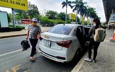 Lội bộ sang ga quốc tế đón xe công nghệ và đóng 25.000 đồng