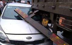 Xe tải tông xe máy rồi tông tiếp ôtô con, 1 người chết tại chỗ, 2 người bị thương