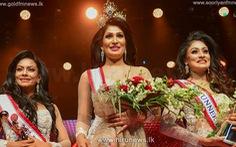 Bị đoạt vương miện trên sân khấu, hoa hậu Quý bà quốc tế Sri Lanka 2021 vừa đi vừa khóc