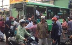 TP.HCM: Xe tải chở gạch đụng nát đầu xe buýt, làm sập tường nhà dân