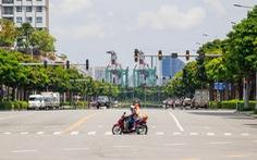 Ngã tư, đèn đỏ tại Sài Gòn thảnh thơi ngày 1-5-2021