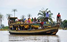 Tàu đâm cây trôi sông vỡ đôi, 30 hành khách thiệt mạng