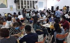 Ngay trong dịch, hơn 100 người ngồi san sát ở 1 văn phòng công ty