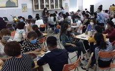 Hơn 100 người ngồi chen chúc bất chấp dịch COVID-19, phạt công ty 30 triệu đồng