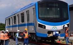 Đoàn tàu metro đã được đặt lên đường ray depot Long Bình