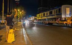 Người dân thức đêm xem vận chuyển tàu metro