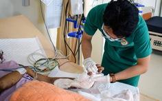 Vi phẫu suốt 6 tiếng nối lại cổ tay bị đứt gần lìa