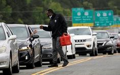 Dân Mỹ mang bao nilông đi mua xăng về trữ