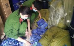 Phát hiện 3 tấn găng tay y tế hàng Trung Quốc, không chứng từ