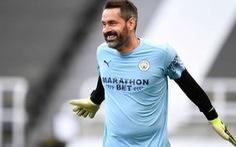 Sau 3.645 ngày mới được bắt chính, thủ môn Man City nhận luôn 3 bàn thua