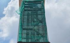 Thợ sơn bị bắn thủng mông khi đang sơn tháp chuông