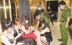 Quán karaoke ngoài đóng cửa, trong hát tưng bừng trăm khách