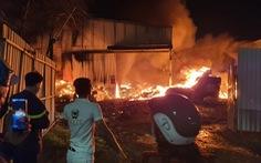 Kho cao su bột ở Long Bình Tân cả ngàn mét vuông cháy rụi trong đêm