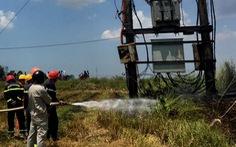 Đốt rơm rạ giữa đồng, trạm biến áp điện bén lửa bốc cháy