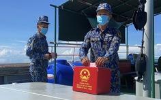 Chiến sĩ tàu hải quân 792 bầu cử sớm trên biển