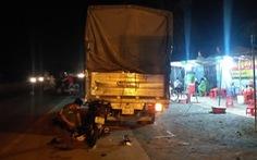 Tông vào đuôi xe tải đậu ven đường, 1 người chết, 1 người bị thương