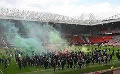 CĐV Man Utd xuống sân tỏ rõ giận dữ, trận gặp Liverpool nguy cơ hoãn