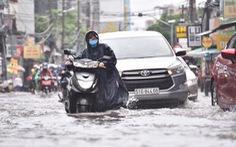 Mưa như trút suốt buổi sáng, dân Sài Gòn bì bõm dắt xe chết máy qua điểm ngập