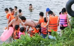 Già, trẻ, bé, lớn kéo ra sông Hương tắm bất chấp quy định không tập trung đông người