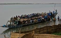 Đi đào vàng về, thuyền vỡ đôi, cả trăm người mất tích