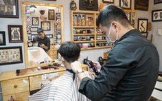 Chủ tiệm tóc nói với thợ: 'Nghỉ làm rồi, có khó khăn cứ gọi cho anh!'