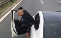Dừng xe trên đại lộ giải quyết mâu thuẫn, tài xế bị xử phạt