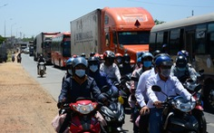 Hai xe máy va chạm ở Bình Thuận, quốc lộ 1 về TP.HCM nhanh chóng ùn ứ