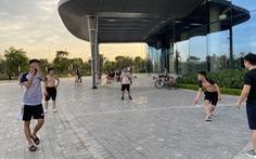 Dân chung cư ở Hà Nội 'tung tăng' dắt thú cưng đi dạo, thả diều, tụ tập đá cầu