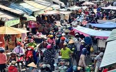 TP.HCM: Nhiều người vội đi mua thực phẩm, siêu thị sẵn sàng tăng nguồn cung