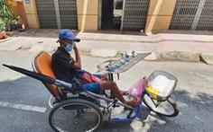Người bán vé số lại lẻ loi giữa phố phường