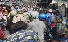 Nhiều chợ ở TP.HCM tấp nập, lo 'quả bom' COVID-19
